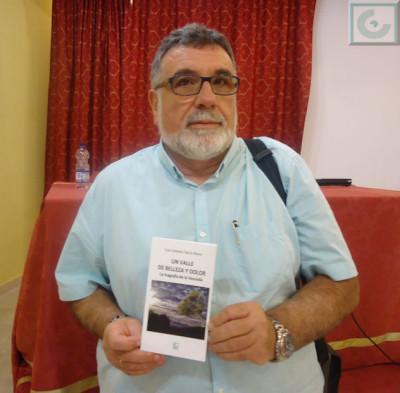 Luis A. García Bravo junto a su libro